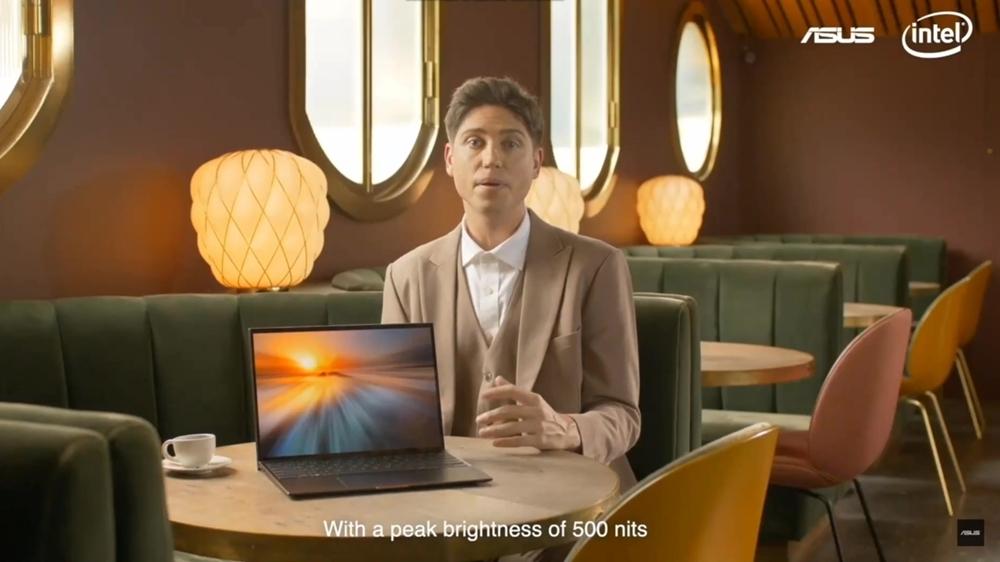 샤샤 크론이 젠북 S를 소개하고 있다.