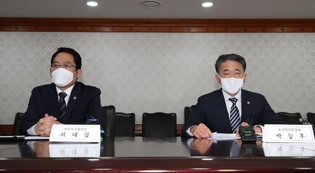 박능후 보건복지부 장관(오른쪽)과 최대집 의협 회장(왼쪽)이 4일 오후 정부서울청사 9층 회의실에서 만나 합의문에 서명했다. 사진 = 뉴스1