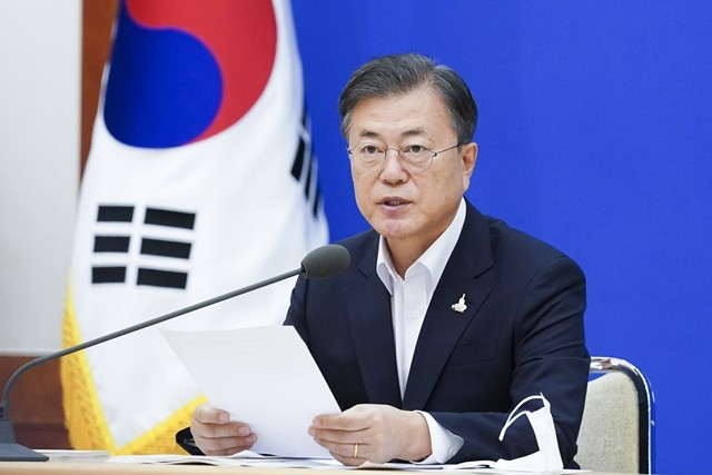 문재인 대통령이 10일 청와대에서 8차 비상경제회의를 주재하며 발언을 하고 있다.