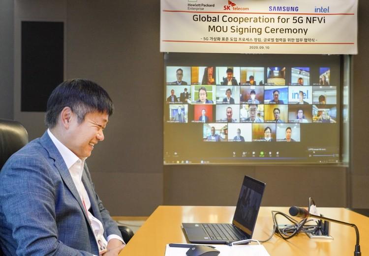 SKT 강종렬 ICT Infra 센터장이 영상회의를 통해 5G 네트워크 가상화 상용화를 위한 업무협약을 체결하고 있다. [사진=SK텔레콤]