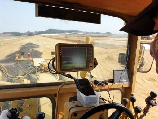 운전자가 MC(Machine Control) 시스템을 이용해 작업 중. 사진=현대건설