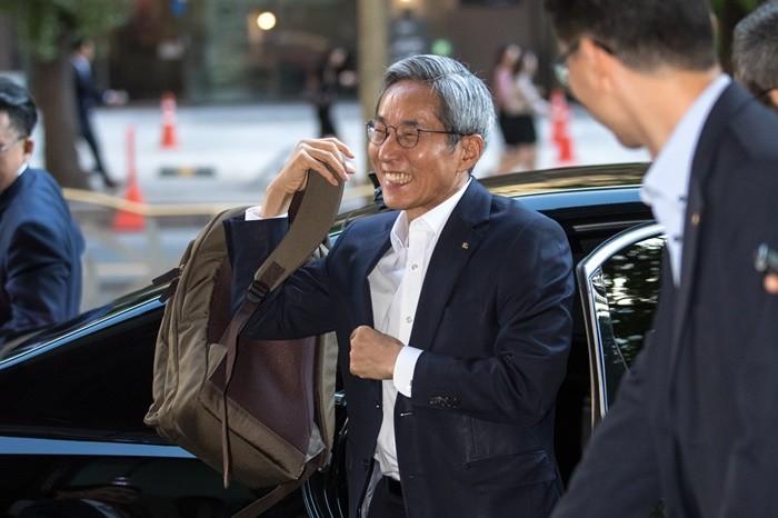 윤종규 KB금융회장이 3연임에 사실상 성공했다. 사진은 지난 2017년 연임 성공에 기뻐하는 모습 사진 = 뉴스1