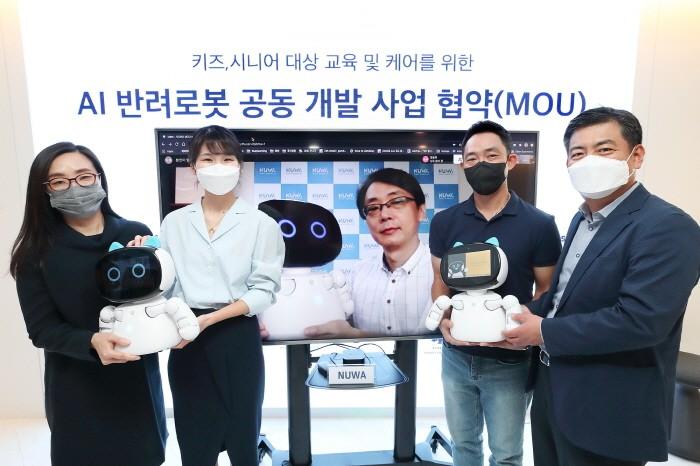 17일 서울 송파구 스테이지파이브 본사에서 진행된 AI 반려로봇 공동 사업을 위한 업무협약식에서 누와 로보틱스 Leo Guo(화면속) 대표와 화상 연결 시연을 하고 있다. 사진 = KT