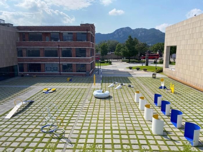 국립현대미술관 서울 마당에 설치된 조각스카웃 '개의 꿈'(제공:국립현대미술관)