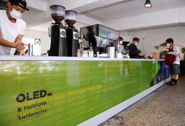 앤트러사이트 한남점에 LG디스플레이 투명 OLED가 설치돼 있다. (사진제공=LG디스플레이)