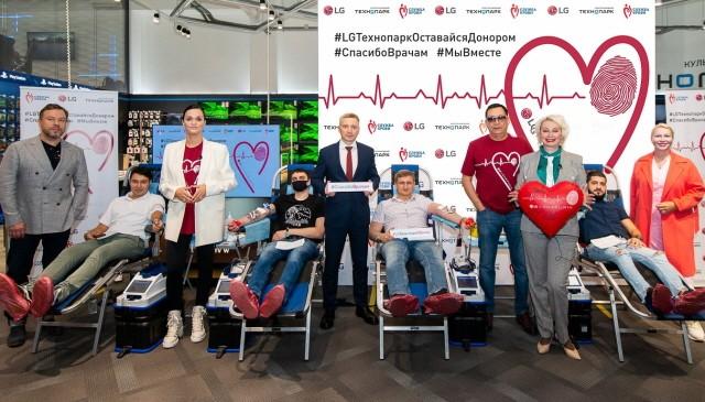 LG전자가 최근 러시아 모스크바에서 현지 가전제품 유통업체인 테크노파크와 함께 헌혈캠페인을 진행했다. 헌혈캠페인 참가자들이 기념촬영을 참여하고 있다. 사진 = LG전자