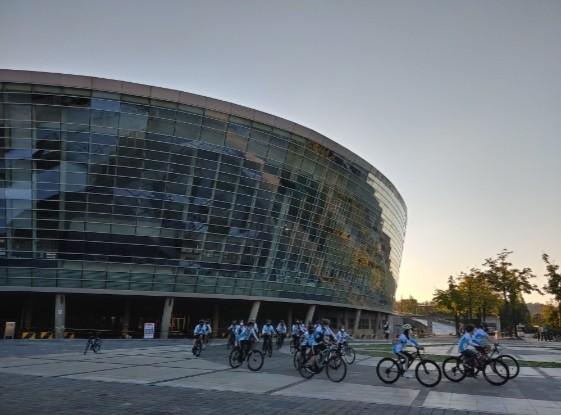 2020 마음 따라가는 자전거 길 1차수에 참여한 청소년들이 광명 스피돔 중앙광장에서 자신들이 직접 만든 자전거를 타며 라이딩을 연습하고 있다.
