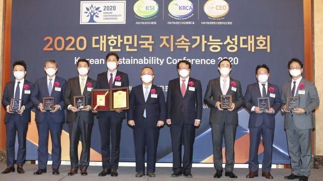 KT 홍보실 지속가능경영담당 정명곤 상무(왼쪽 네번째)가 '2020 대한민국 지속가능성 시상식'에서 한국표준협회 이상진 회장(가운데) 과 기념촬영을 하고 있다.
