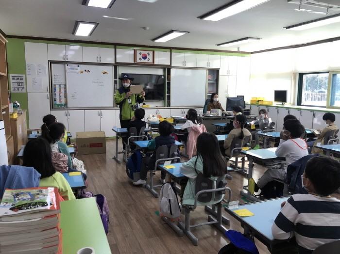 산림교육 프로그램 수업 모습(제공:국립자연휴양림관리소)