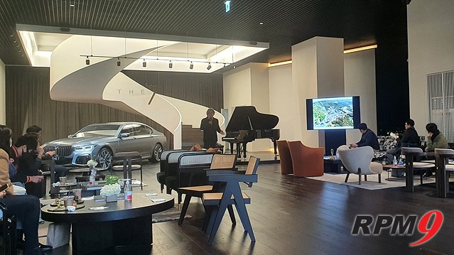 승효상 건축가(피아노 왼쪽)가 강연을 하는 모습