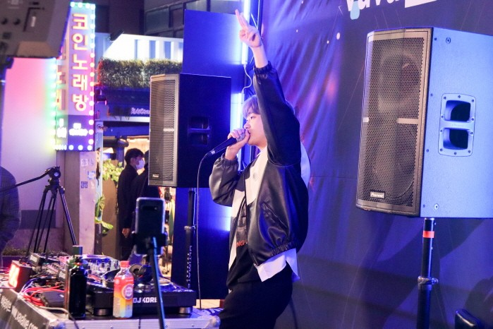 DJ Kirin(기린)이 바바라이브 DJ 경연 본선 1일차 무대에서 공연을 펼치고 있다