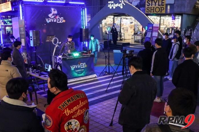 DJ 99punk가 바바라이브 DJ 경연 본선 1일차 무대에서 공연을 펼치고 있다.