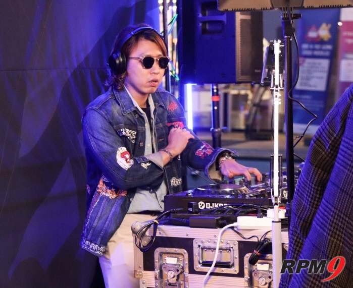 DJ 3D Lad가 바바라이브 DJ 경연 본선 1일차 무대에서 공연을 펼치고 있다