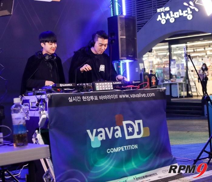 DJ팀 2IG가 바바라이브 DJ 경연 본선 1일차 무대에서 공연을 펼치고 있다