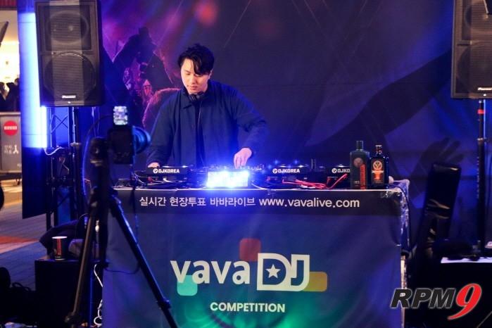 DJ !NNATE가 바바라이브 DJ 경연 본선 1일차 무대에서 공연을 펼치고 있다