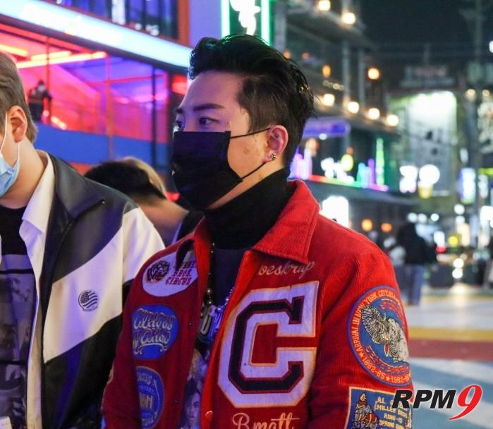 심사위원 글로리가 바바라이브 DJ 컴피티션 본선 1일차 무대를 감상하고 있다.
