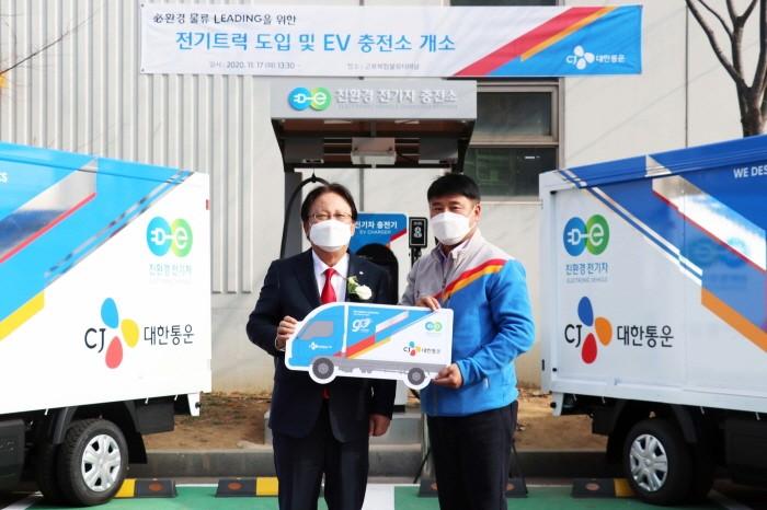 박근희 CJ대한통운 대표가 전기트럭을 전달하고 있다(제공:News1)