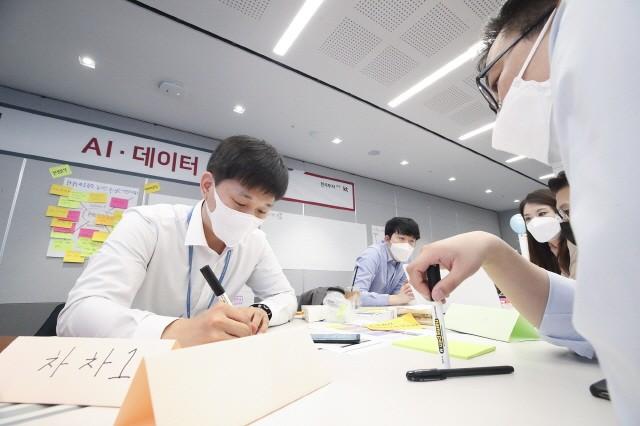 'AI원팀 기업실무형 AI·데이터 분석 과정'에 참석한 한국투자증권 직원들이 KT의 혁신적인 과제 발굴 프로그램인 '1등 워크숍'을 통해 실무에 적용할 수 있는 '우리만의 AI 과제'를 발굴하고 있다.