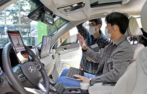 '2020 오픈 이노베이션 라운지'에 참가한 현대차그룹 임직원들이 스타트업 신기술을 체험하고 있다.