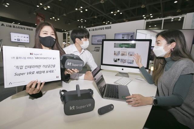19일 일산 킨텍스에서 열린 한국국제가구 및 인테리어산업대전에서 행사 관계자가 KT 슈퍼VR 기반의 VR 홈퍼니싱 서비스 '아키스케치'를 소개하고 있다.