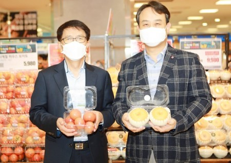 국립원예특작과학원과 롯데마트 관계자가 신농법 토마토와 신품종 배를 선보이고 있다.