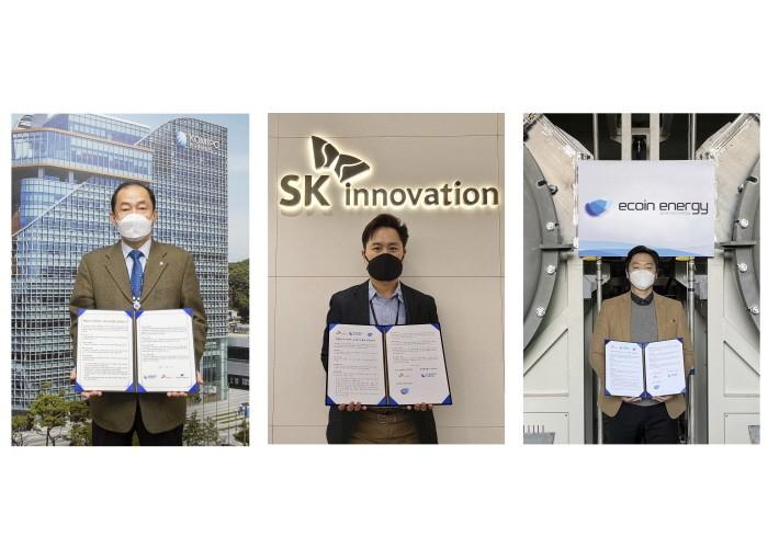 왼쪽부터 한국중부발전 김호빈 기술안전본부장, SK 이노베이션 정인보 SV추진단장, 에코인에너지 이 인 대표이사가 비대면 공동서명식 후 기념촬영을 하고 있다(제공:중부발전)