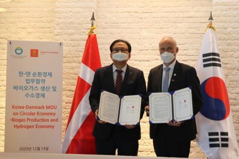 장준영 환경공단 이사장(왼쪽), 아이너 옌센 주한덴마크대사가 서울 중구 주한덴마크대사관저에서 '순환경제: 바이오 가스 및 그린 수소 생산 분야 협력을 위한 업무 협약식'에 참석해 협약서에 서명하고 있다(제공:주한덴마크대사관)