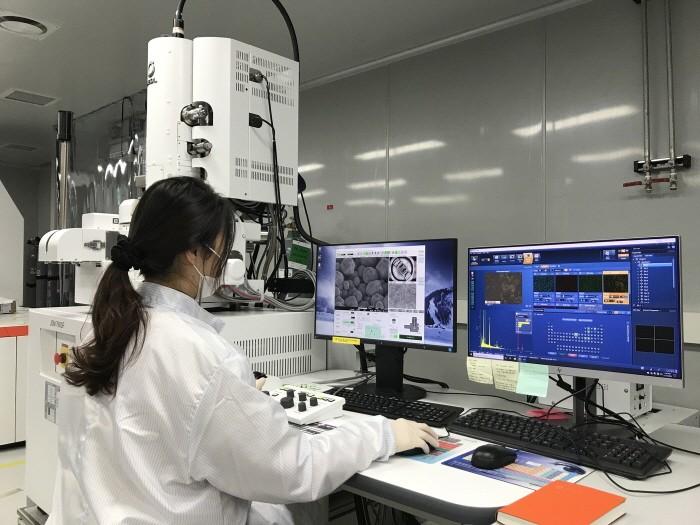 한화큐셀 판교 R&D센터에서 연구원이 차세대 셀 기술을 연구하고 있다(제공:한화큐셀)