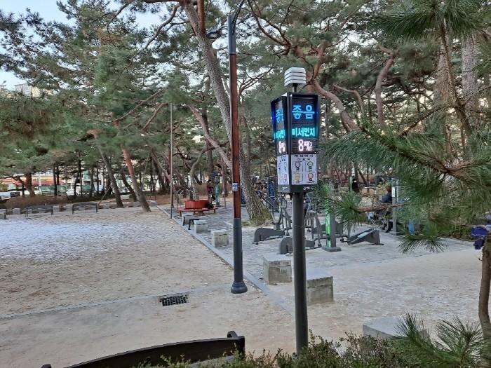 서울 강북구 우이동 솔밭공원에 설치된 미세먼지 신호등(제공:강북구)