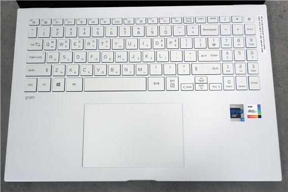 숫자키가 모두 포함되어 있는 키보드와 광활한 터치패드는 여유 있는 타이핑 작업을 가능케 한다.