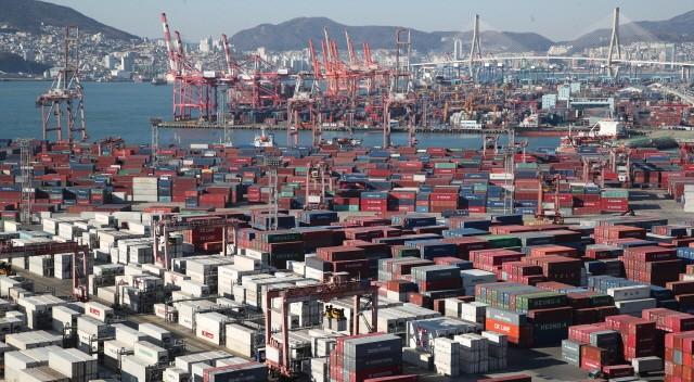 1월1∼10일 수출은 112억 달러, 수입은 118억달러를 기록해 모두 지난해 동기 대비 감소한 모습을 보였으나 일평균수출액은 증가했다.