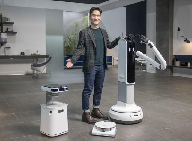 삼성전자 승현준 사장이 CES 2021 삼성 프레스컨퍼런스에서 '삼성봇™ 케어', '제트봇 AI', '삼성봇™ 핸디'를 소개하고 있다.