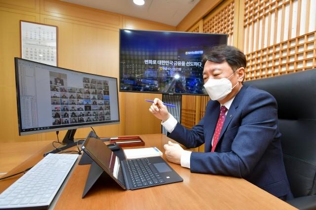 14일 권준학 농협은행장이 전국의 임직원들과 화상 회의를 진행하고 있다.