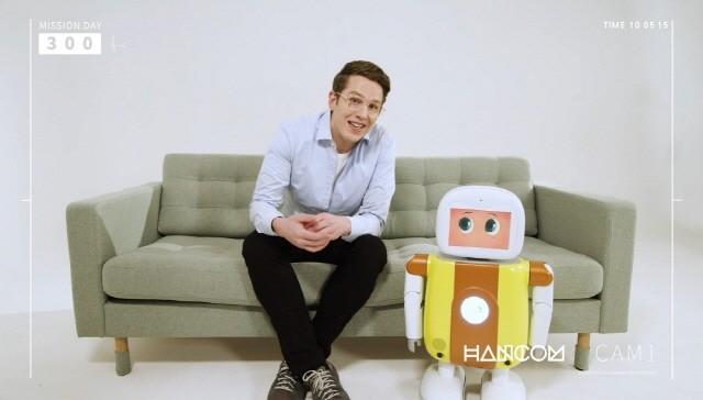 한글과컴퓨터그룹이 CES 2021에 선보인 홈서비스 로봇 '토키2'가 미국 자동차 전문 주간지 '오토위크' 의 '10 Cool Things from the Virtual CES'에 선정되었다고 밝혔다.