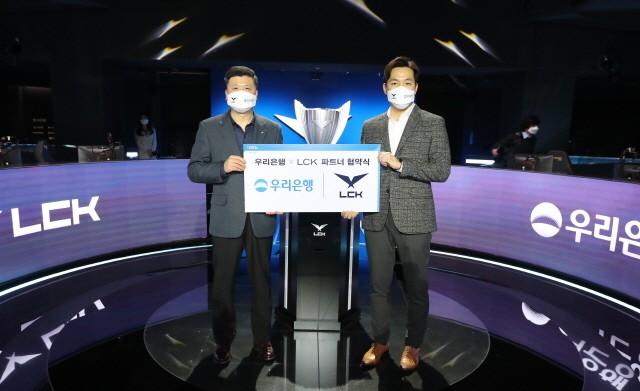 우리은행은 서울 종로구 롤파크에서 전 세계적으로 인기를 끌고 있는 프로 e스포츠리그인'리그 오브 레전드 챔피언스 코리아(LCK)'와 파트너 계약을 체결했다.