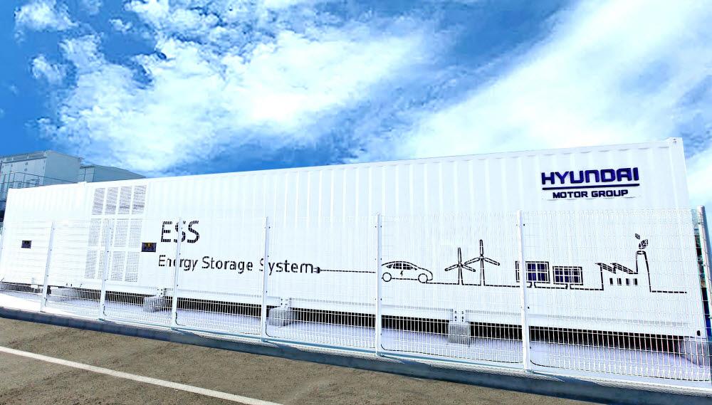 현대차 울산공장에 설치된 태양광 발전소와 연계한 2MWh급 전기차 배터리 재사용 에너지저장장치 모습 .