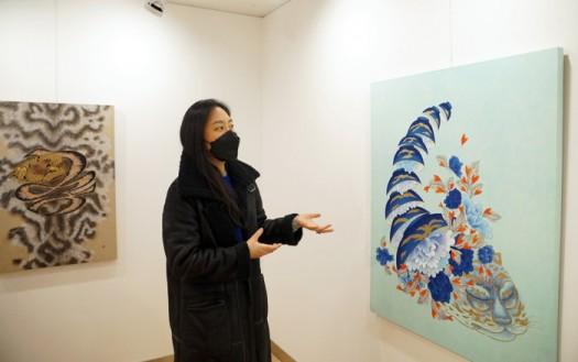 지민선 작가가 '꽃가마1' 작품을 소개하고 있다.
