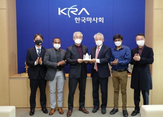 인도기수협회의 피에스 츄한 회장이 한국마사회에 감사 서신과 타지마할 조형물을 보내왔다.