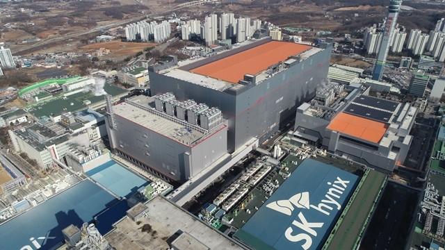 SK하이닉스의 이천 M16 신규 팹 전경. 축구장 8개를 합친 규모의 크기에 아파트 37층 높이의 규모다.