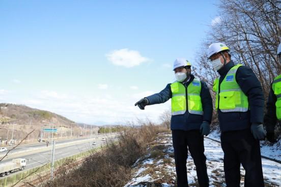 이후삼 공항철도 사장(왼쪽)이 비탈면과 시설 점검로를 순회하며 안전점검을 하고 있다.