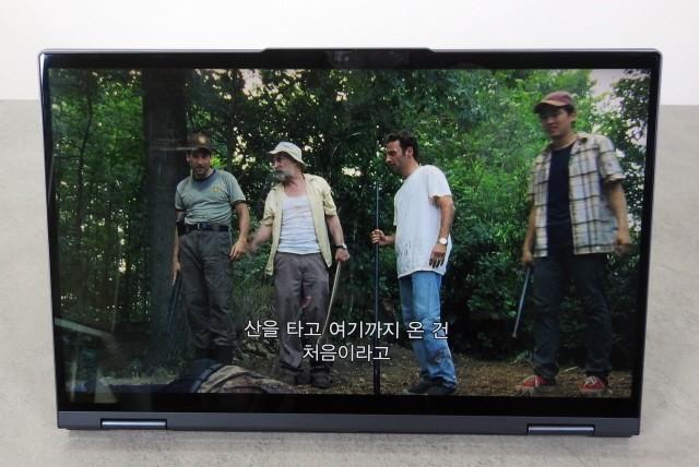 15.6형의 큰 화면으로 즐기는 태블릿PC 경험은 매우 즐겁다.