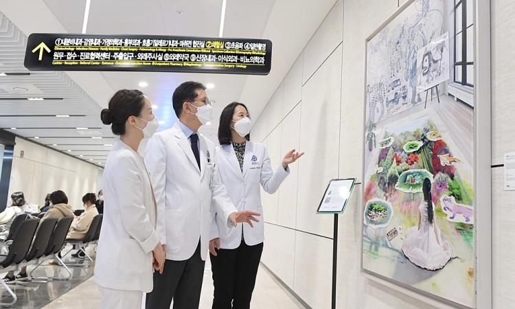 드림그림 장학생들이 직접 제작한 미술작품을 중앙병원, 경희의료원, 용인세브란스병원에 기증하는 등 재능을 나누는 활동에도 적극 참여하고 있다.
