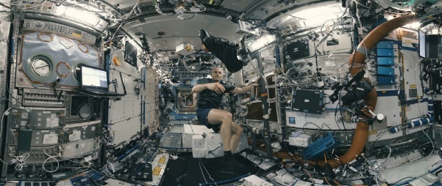 'Space Explorers: The ISS Experience' 에피소드1의 한 장면
