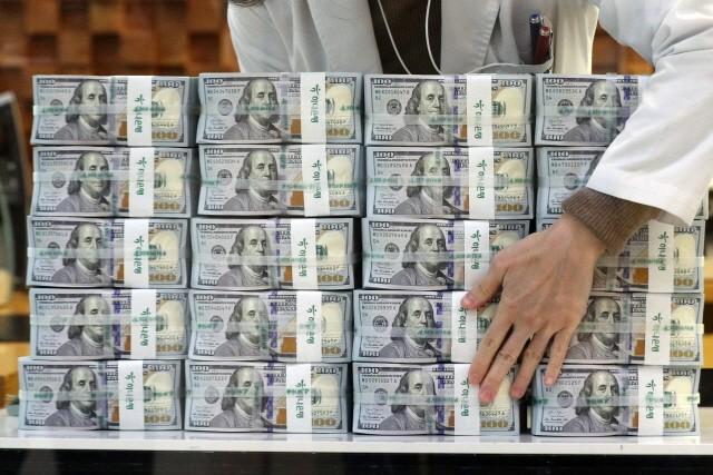 3월말 한국의 외환보유액은 4461억3000만달러로 전월에 비해 14억3000만달러 감소했다. 그러나 사상 최대를 기록했던 2월의 외환 보유액 순위는 세계 9위에서 8위로 올랐다. 사진 = 뉴스1