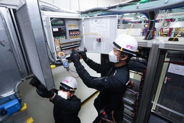 LG유플러스는 에너지 사용량을 줄이기 위해 원격으로 사용량을 점검할 수 있는 모니터링 시스템을 구축할 계획이라고 밝혔다. LG유플러스 협력업체 직원들이 마곡국사에 구축된 외기냉방 시스템을 점검하는 모습.