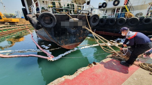 지난 4월 20일 부산항 4부두 유조선에서 기름이 유출돼 방제작업을 벌이고 있다.(사진=해양경찰청)