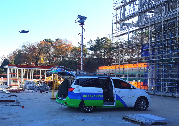 드론, CCTV 갖춘 특수차량을 활용하여 건설현장 비대면 안전점검을 실시하고 있다.(안전보건공단(