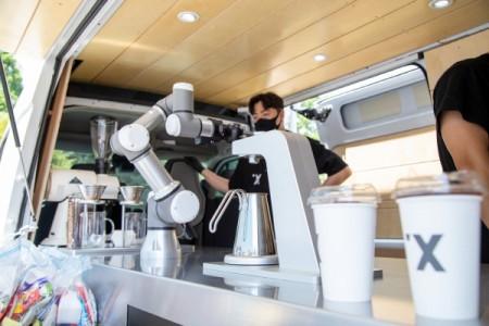 로봇 바리스타 '바리스'가 이화의료원 의료진을 위한 커피를 제조하고 있다.