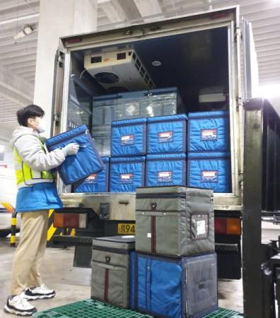 CJ대한통운 동탄제약허브센터에서 직원이 의약품 배송을 준비하고 있다.