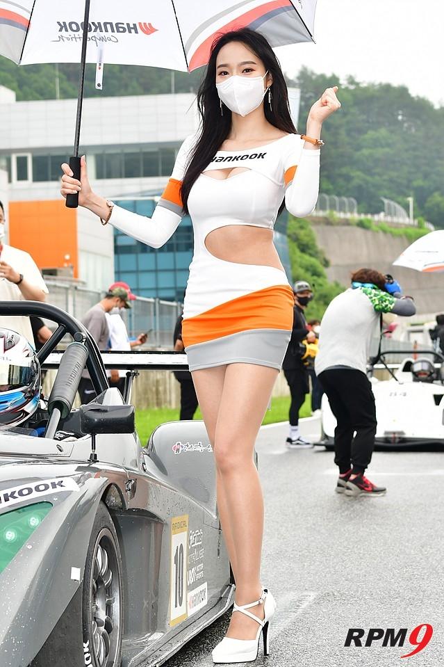[포토] 레이싱모델 김다나 vs 안나경, 미모 대결의 승자는?